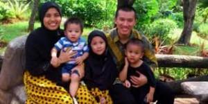 Felix Siauw bersama istri dan anak-anaknya.